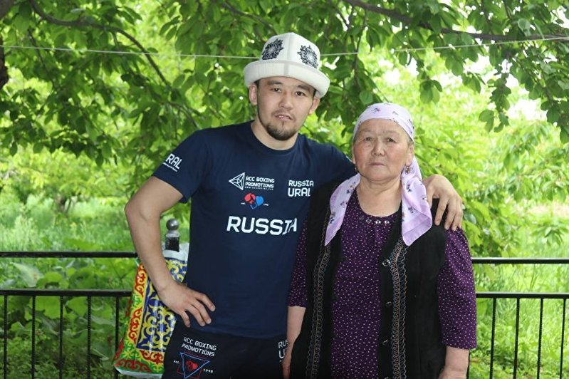Трехкратный чемпион КР по боксу Акжол Сулайманбек уулу с матерью