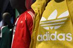 Логотип спортивной компании Adidas. Архивное фото