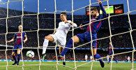 Нападающий ФК Реал Мадрид Криштиану Роналду забивает первый гол Барселоне в матче чемпионата Испании по футболу. Камп Ноу, Барселона, Испания - 6 мая 2018 года