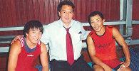 Архивное фото кыргызского борца греко-римского стиля, чемпиона Азии, призера чемпионата мира Раатбека Санатбаева (в центре)