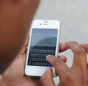 Мужчина набирает сообщение на телефоне. Архивное фото