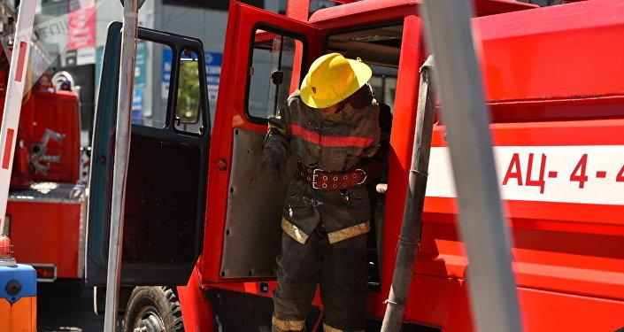Сотрудник МЧС КР на месте пожара. Архивное фото