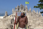 Бразилец построил замок из песка и живет там уже 22 года — видео