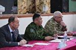 Начальник главного штаба — первый заместитель председателя Государственной пограничной службы КР Абдикарим Алимбаев (в центре)