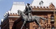 Памятник Георгию Константиновичу Жукову на Манежной площади в Москве. Архивное фото