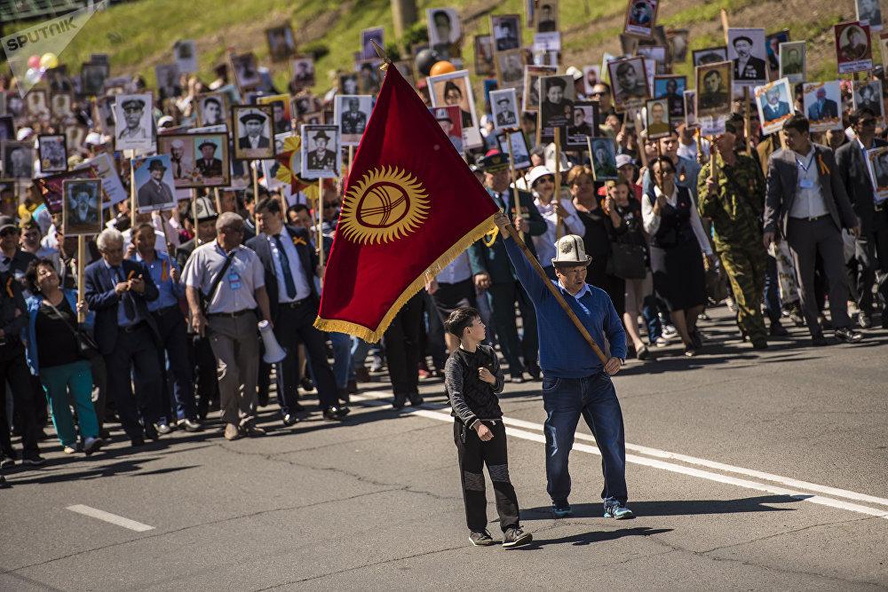 Шествие Бессмертный полк в честь 73-годовшины Дня победы в Бишкеке. Также в нем принимал участие президент Сооронбай Жээнбеков.