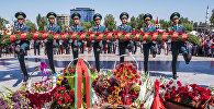 Военнослужащие ставят цветы у вечного огня во время празднования 73-годовшины Дня победы в Бишкеке