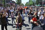 Несколько тысяч человек пели хором! Видео Бессмертного полка в Бишкеке