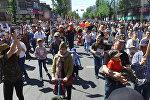 Көчөгө батпай, ураалап кыйкыргандар. Бишкектеги Өлбөс полк акциясынын видеосу