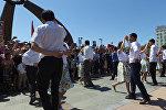 Сотни нарядных бишкекчан станцевали на площади Победы — видео