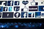 Логотип социальной сети Facebook на экране компьютера. Архивное фото