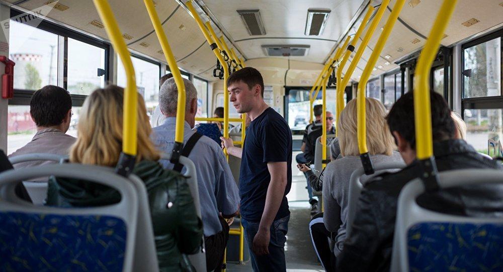 Пассажиры в общественном транспорте. Архивное фото