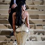 Звезда реалити-шоу Ким Кардашьян тоже выбрала платье от Versace. Она появилась на балу в обтягивающем золотом наряде