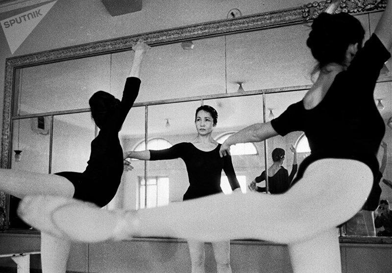 Первая кыргызская балерина, народная артистка СССР Бюбюсара Бейшеналиева во время тренировок. Архивное фото