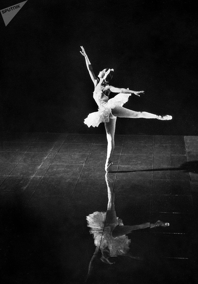 Первая кыргызская балерина, народная артистка СССР Бюбюсара Бейшеналиева во время выступления. Архивное фото