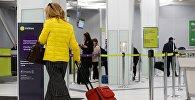 Пассажирка в аэропорту. Архивное фото