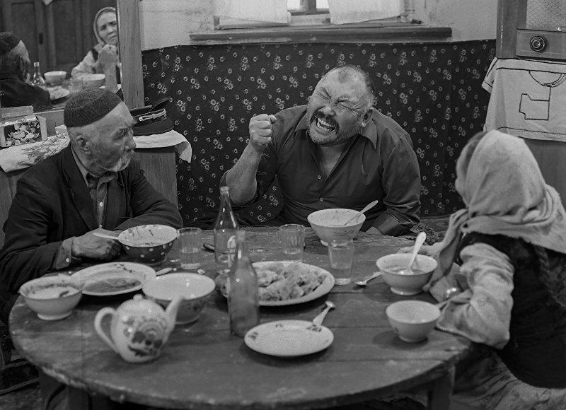 Для придания реальности пьяным сценам иногда актерам наливали отнюдь не бутафорную водку.