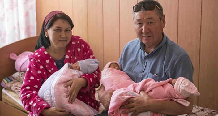 Жительница Кара-Балты 44-детняя Чынара Исманова с мужем и тройняшками