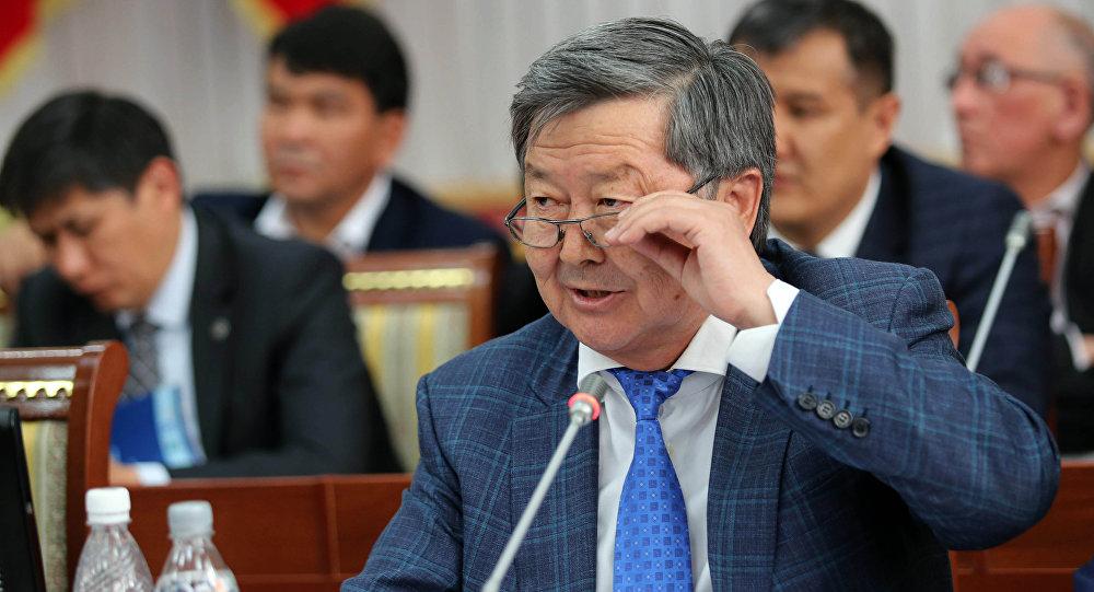 Экс-премьер-министр Жанторо Сатыбалдиев во время заседания в ЖК