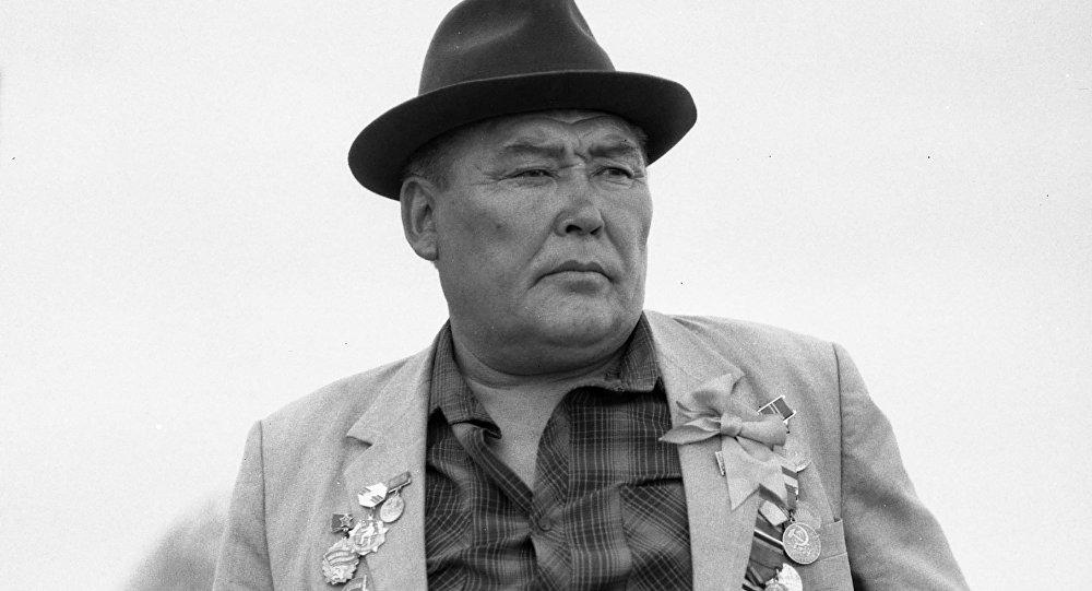 Актер, режиссер, төкмө акын, обончу, дастанчы Орозбек Кутманалиев Ак кеме тасмасында. Архив