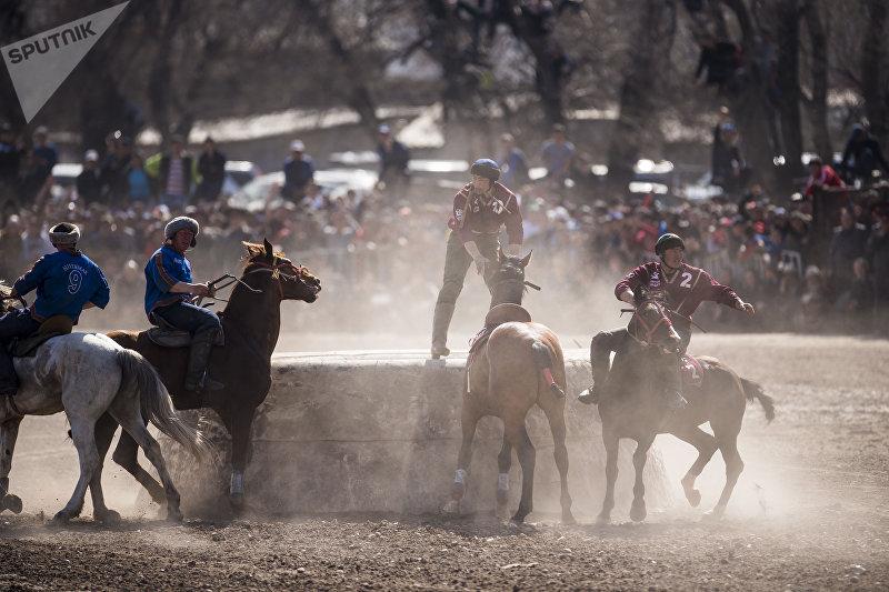 Игрок команды Достук Манас Ниязов во время игры на турнире по кок-бору по случаю празднования Нооруза в Бишкеке
