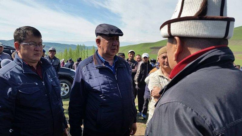 Министр чрезвычайных ситуаций Кубатбек Боронов на месте схода оползня в селе Аюу в Узгенского района