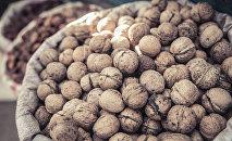 Грецкий орех в мешках. Архивное фото