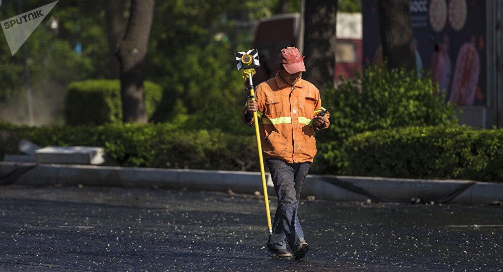 Рабочие во время ремонта дорожного покрытия на одной из улиц Бишкека