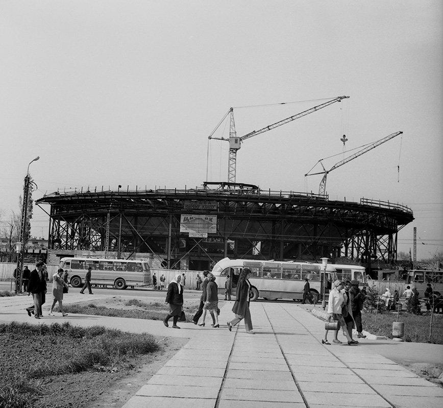 Строительство Киргизского государственного цирка.
