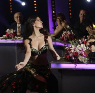 Ливанская танцовщица Йосида Муханна выступает на шоу талантов Studio al-Fan в Бейруте