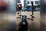 Это не шутка — в Китае на видео попал плывущий по улице светофор