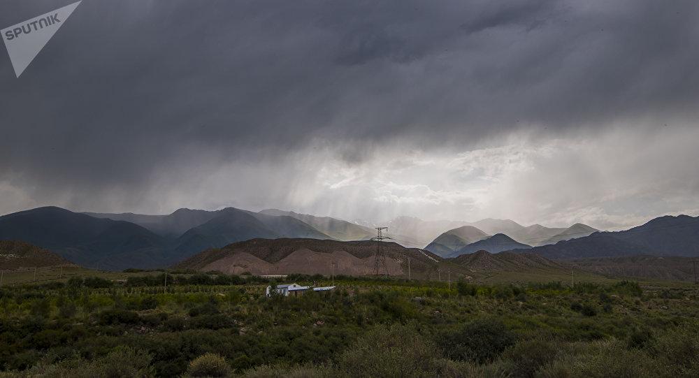 Дождь на одном из сел в Нарынской области. Архивное фото