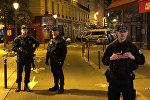 Французская полиция на месте нападения с ножом на прохожих в центре Парижа