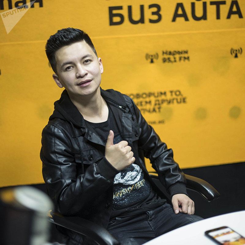Певец Алмаз Шаадаев во время интервью на радио Sputnik Кыргызстан