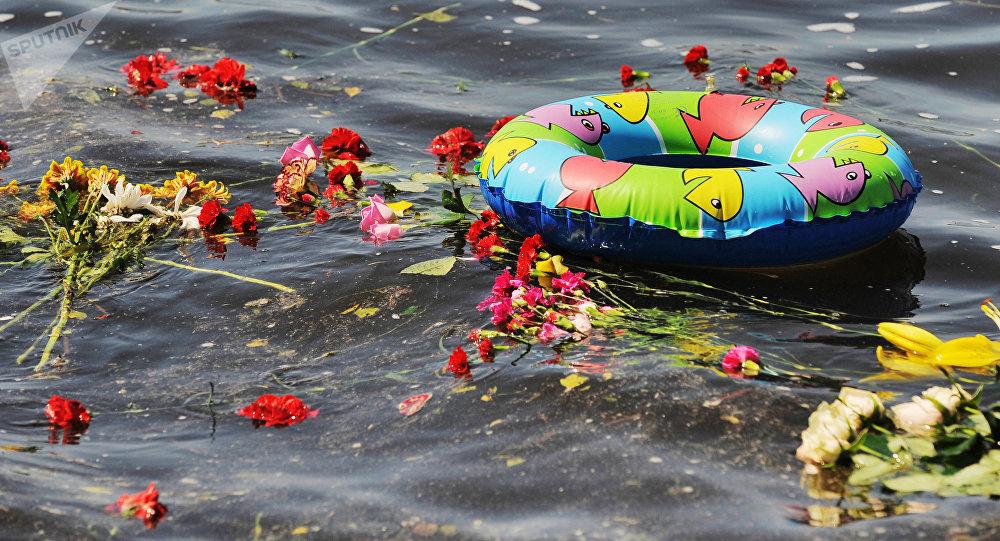 Цветы и детский надувной круг в воде. Архивное фото