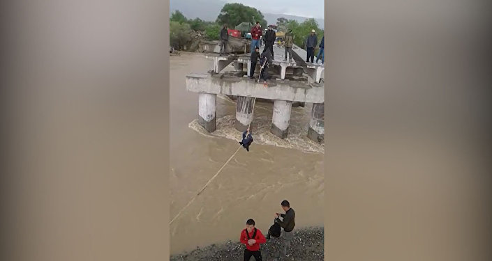 Ак-Талаада ара жолдо калгандар Нарын дарыясынан аркан менен өтүүдө. Видео