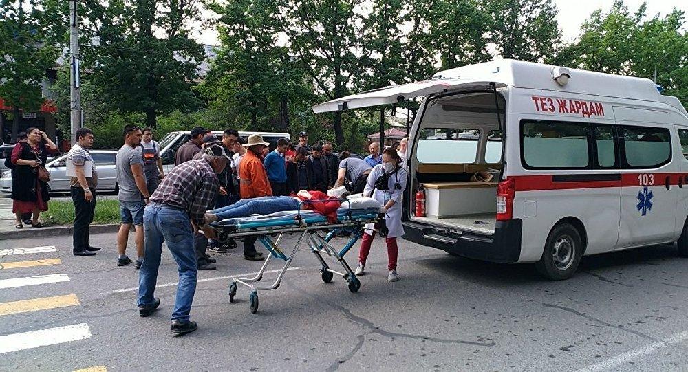 Бишкекте Свердлов райондук салык кызматынын каршы тарабынан скутер айдаган киши жөө кетип барткан аялды коюп кетти