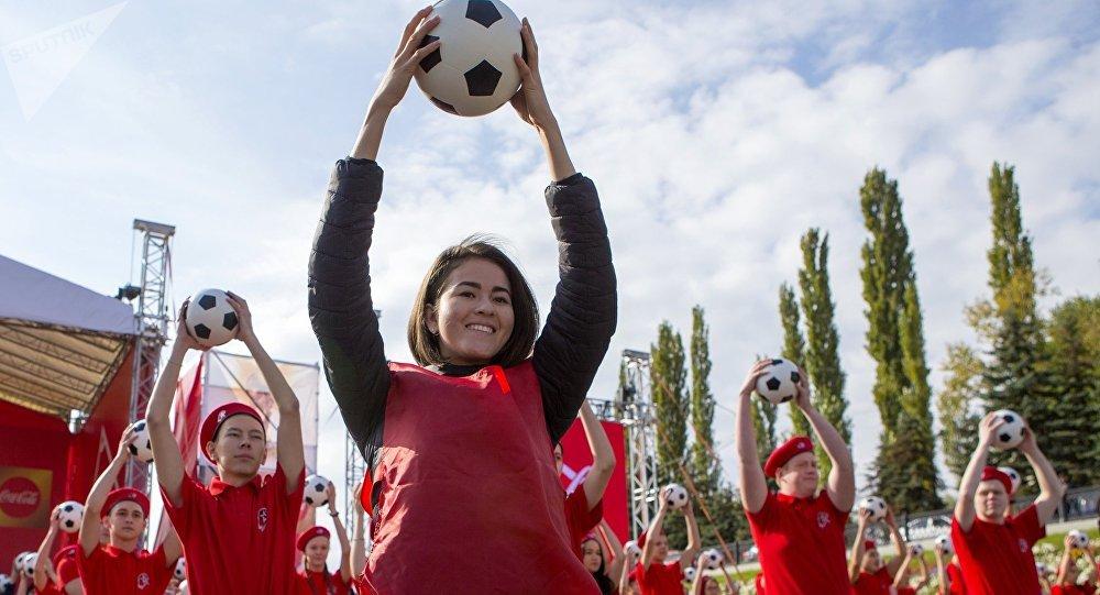Волонтеры выступают на презентации кубка Чемпионата Мира-2018 по футболу. Архивное фото