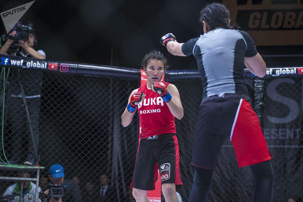 Кыргызстанка Барчынай Узгенбаева победила спортсменку из Узбекистана Шахиду Рахимову в первом женском бое в лиге WEF Global 12.