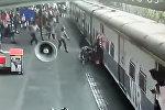 В Индии военный вытащил девочку из-под движущегося поезда — видео