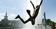 Мальчик прыгает в фонтане в центре Бишкека. Архивное фото