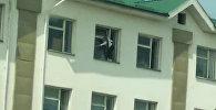 Рискуя сорваться, дети в Бишкеке мыли окна на третьем этаже школы. Видео