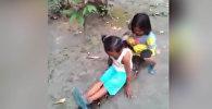 Дети катались на огромном питоне, как на лошади. Видео