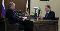Архивное фото президента РФ Владимира Путина и председателя правительства РФ Дмитрия Медведева