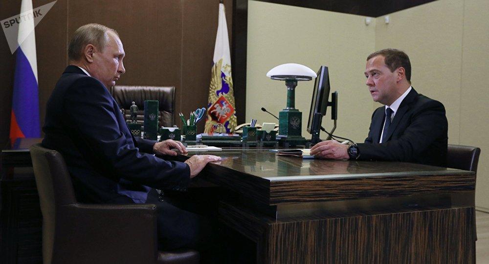 Президент РФ Владимир Путин и председатель правительства РФ Дмитрий Медведев во время встречи. Архивное фото