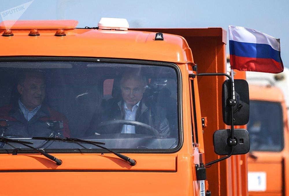 Путин за рулем КамАЗа возглавил колонну из 30 грузовиков, которые испытали мост на прочность