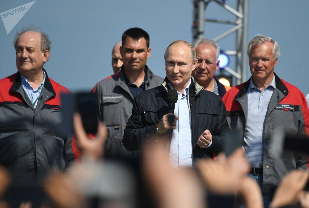 Президент похвалил работу строителей и качество дорожного полотна