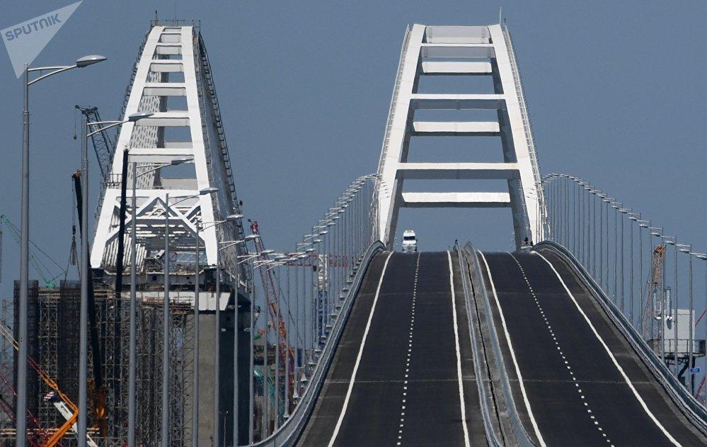 На мосту четыре дорожные полосы — по две в каждую сторону