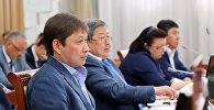 Кыргызстандын мурдагы премьер-министрлери Сапар Исаков жана Жантөрө Сатыбалдиев. Архив