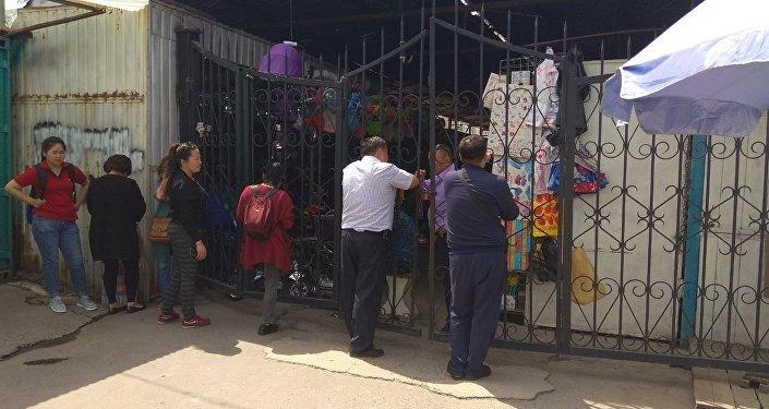 Ранее очевидцы сообщили, что продавцов и посетителей рыночного комплекса начали эвакуировать